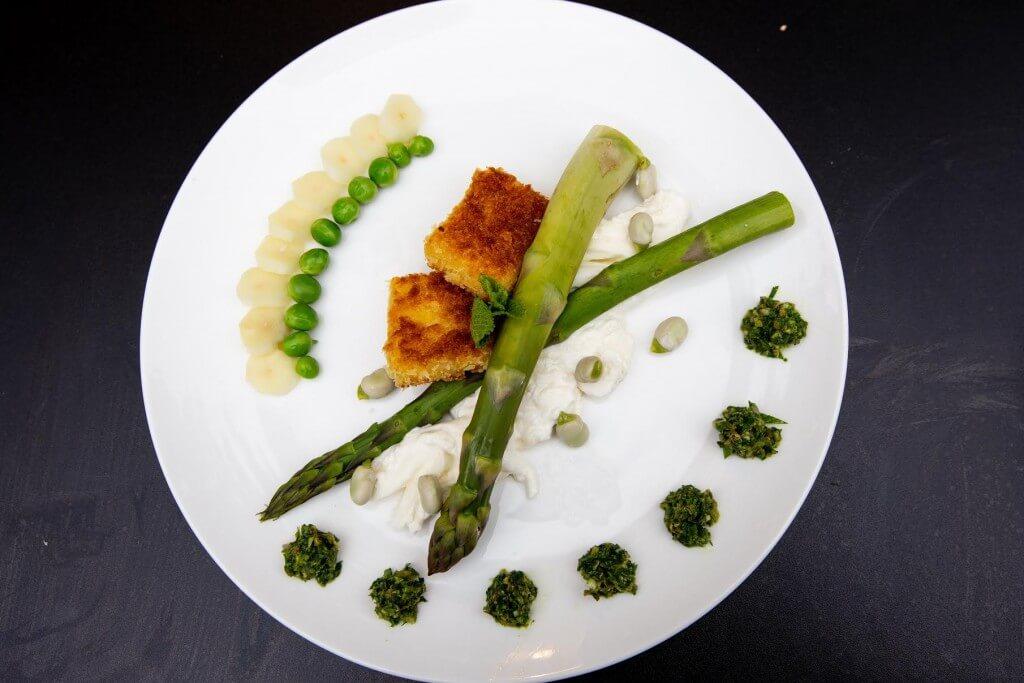 Gestoomde lentegroenten met burrata, citroenpolenta en salsa verde