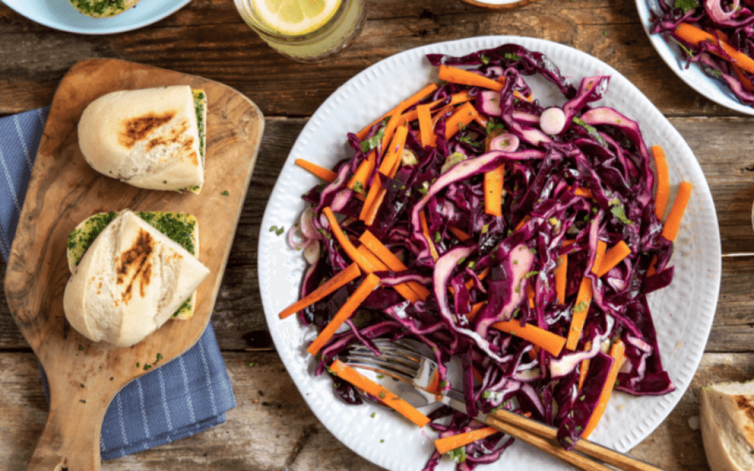 Barbecue: rode kool-wortelslaw met knoflookbrood en dip