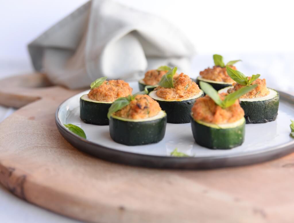 Barbecue: gevulde courgette met tomaat-amandelpesto