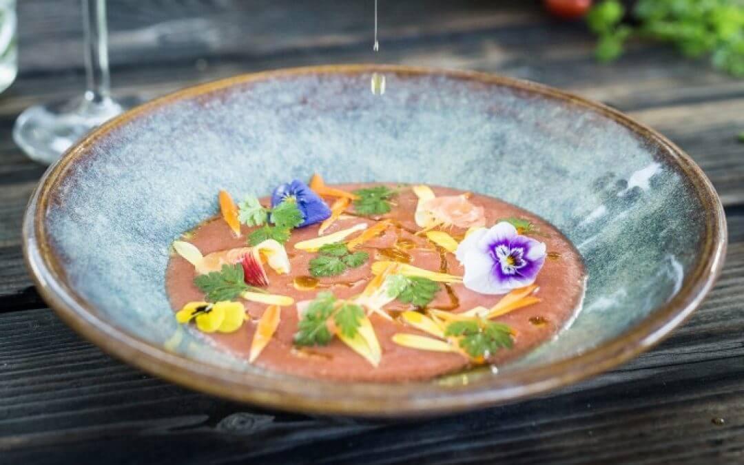 Aardbei-tomaten gazpacho met bloemensalade