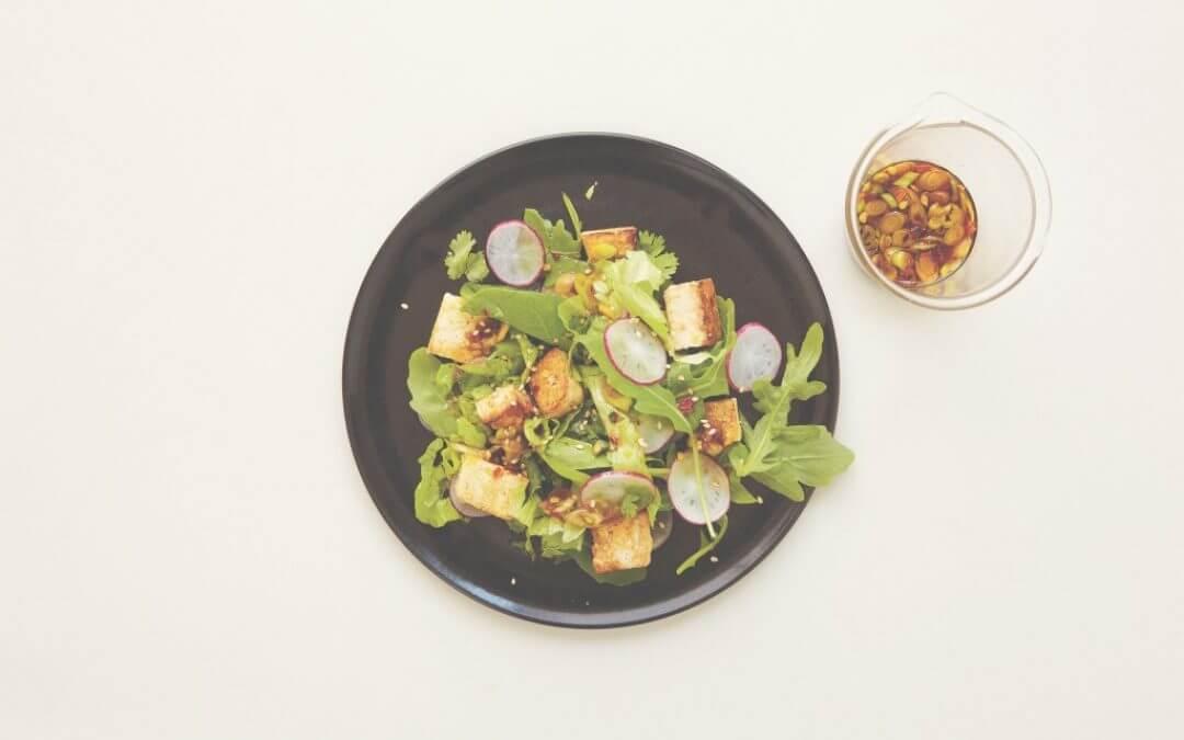 De Aziatische keuken: lauwwarme salade met tofu en radijs