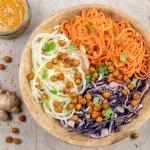 Kikkererwten salade bowl met tomaten-tahindressing en koolrabi