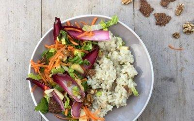 Roodlof-walnoten salade met risotto en lijnzaadcracker crumble