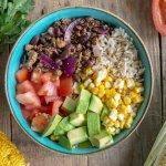 Vegan Mexicaanse bowl met mais en avocado