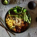 Japanse ramen met gemarineerde plantaardige kipstukcjes