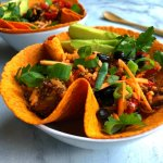 Vegan paprika & chili tortilla bowl met tempeh