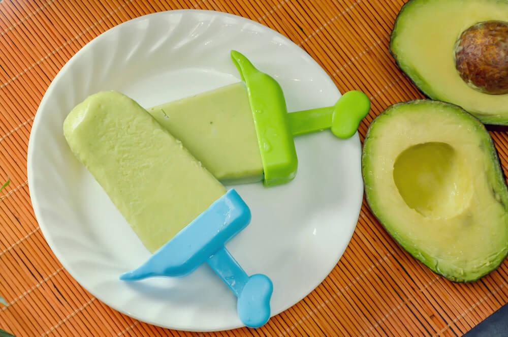 Avocado-limoen ijsjes op een stokje