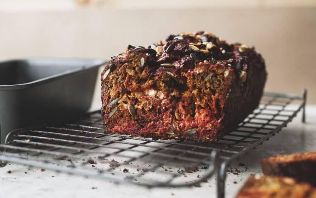 Simpel van Ottolenghi: brood met rode biet en geitenkaas