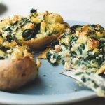 Simpel van Ottolenghi: gepofte aardappels met spinazie en gorgonzola