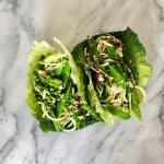 Vegan wrap van groene kool met courgetti en doperwtenhummus