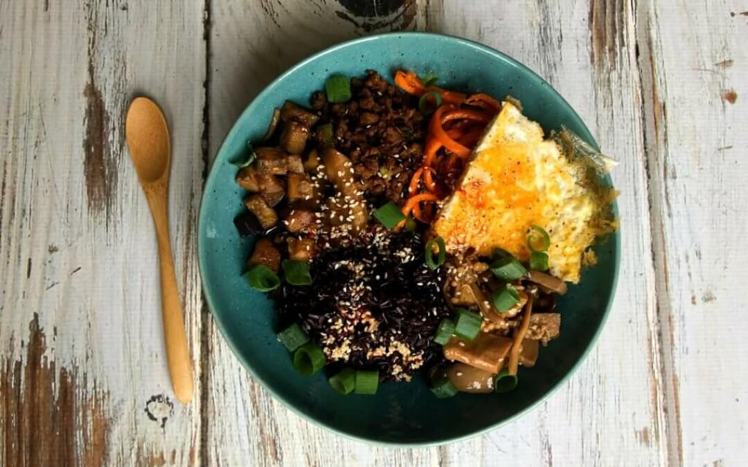 Koreaanse Bibimbap bowl met 'marinated mushrooms'