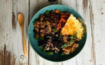 Koreaanse Bibimbap bowl met 'marinated mushrooms'