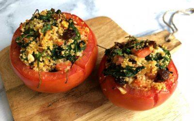 VEGGIE IN 20 MINUTEN: Gevulde tomaat met couscous en spinazie