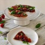 Tomaat tarte tatin met rode ui en basilicum