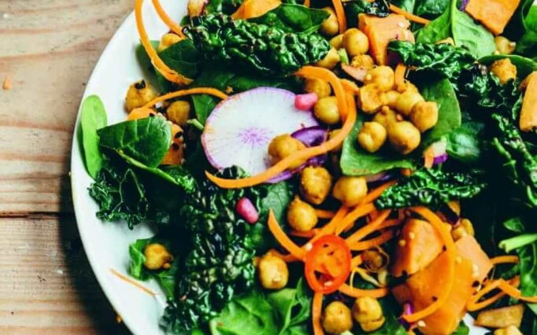 VEGA FEEST van Nina Olsson: Salade met zoete aardappel, boerenkool en pikante kikkererwten met citroen-amandel dressing