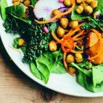 VEGA FEEST: salade met zoete aardappel, boerenkool en pikante kikkererwten