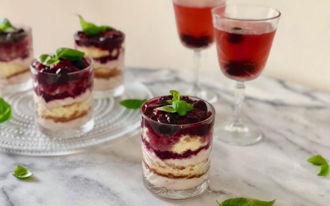 FEEST: Rood fruit trifle met Rutte Sloe gin en Cherry Gin Fizz cocktail