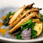 Aardappel, boerenkool met zwarte bonencrème en roggejus