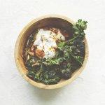 Time: bimi met gerookte paprikapoeder, yoghurt & eieren