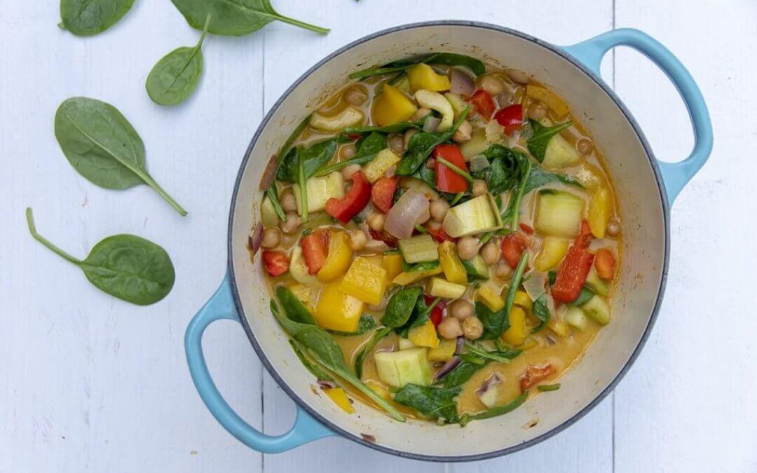 Frisse gele curry met paprika, komkommer en kikkererwten