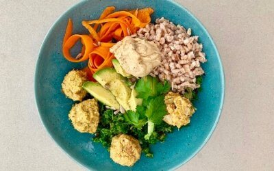 Veggie falafel bowl met hummus, wortel en boerenkool