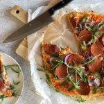 Pepperoni bloemkoolpizza met paprikasaus & jalapeño