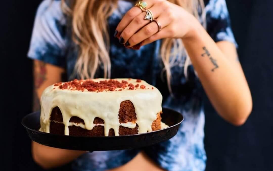 Sinner Saturday: vegan red velvet taart met vanilleglazuur
