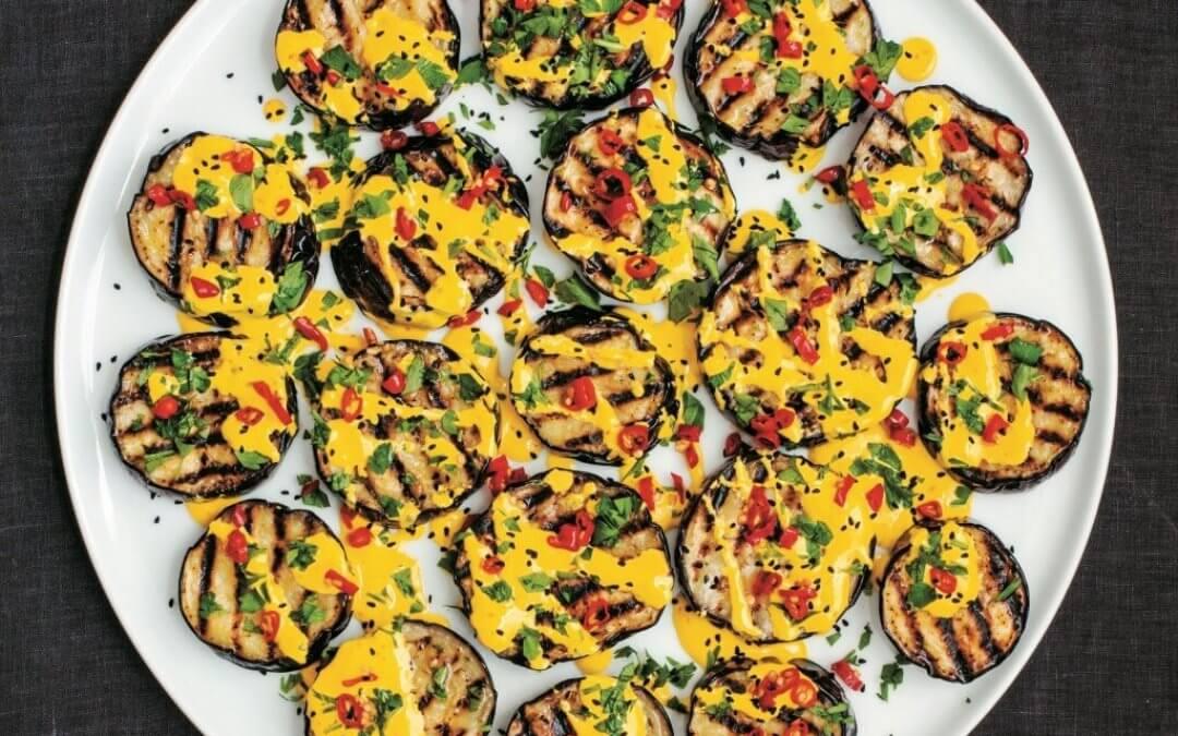 Persiana: Gegrilde aubergines met saffraanyoghurt & ingelegde chilipepers
