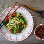 Sticky tempeh met broccoli, paprika en courgettenoedels