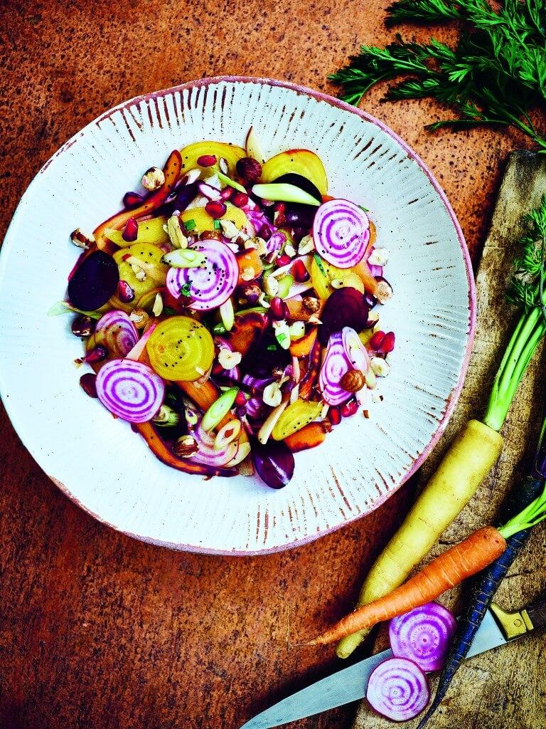 Rauwe salade van wortelgroenten