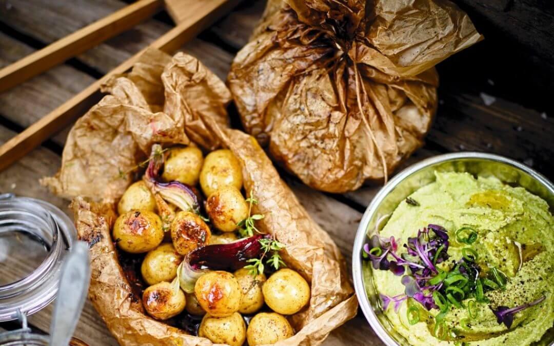 Barbecue: pakketjes met nieuwe aardappels en tofu-avocadodip