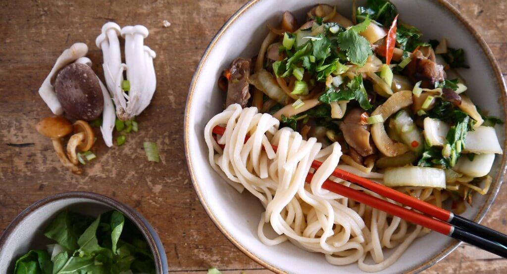 Japanse udon noedel-groentesoep met gemengde paddenstoelen