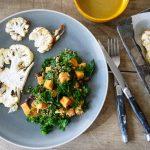 Bloemkoolsteak met salade van quinoa, paarse boerenkool en zoete aardappel