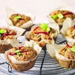 Deliciously Ella: courgettemuffins met rode paprika