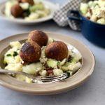 Winterse aardappelstamppot met paksoi en tempehballetjes