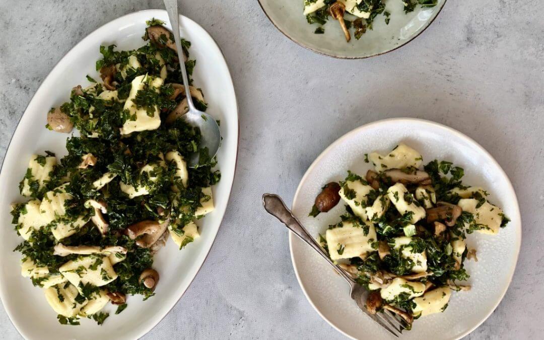 Zelfgemaakte gnocchi van aardappel met boerenkool en paddestoelen