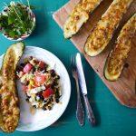 Gevulde courgette met pittige kaas en Mexicaanse bonensalade