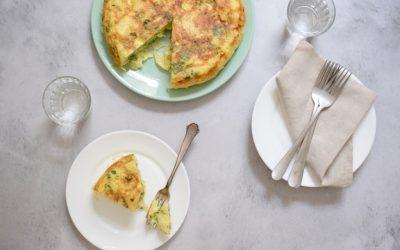 Spaanse aardappel tortilla met ui en verse kruiden