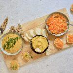 3 dipsausjes met oranje paprika: muhammara, bruschetta en hummus