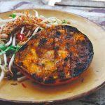 Barbecue: gegrilde mangosalade met taugé, pinda en koriander