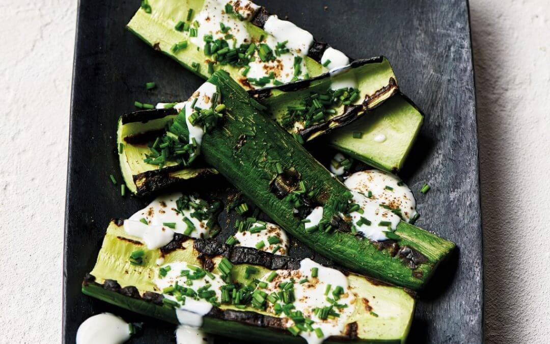 Barbecue: komkommer met hangop en za'atar