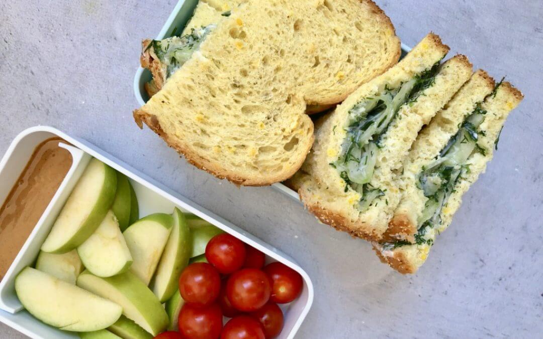 Vegetarische lunch: boterhammen met komkommersalade