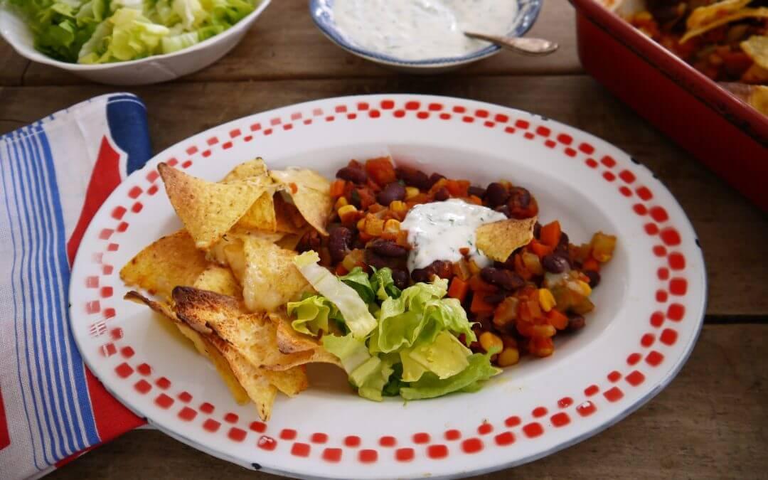 Chili sin carne met munt-yoghurtsaus, tortillachips en ijsbergsla
