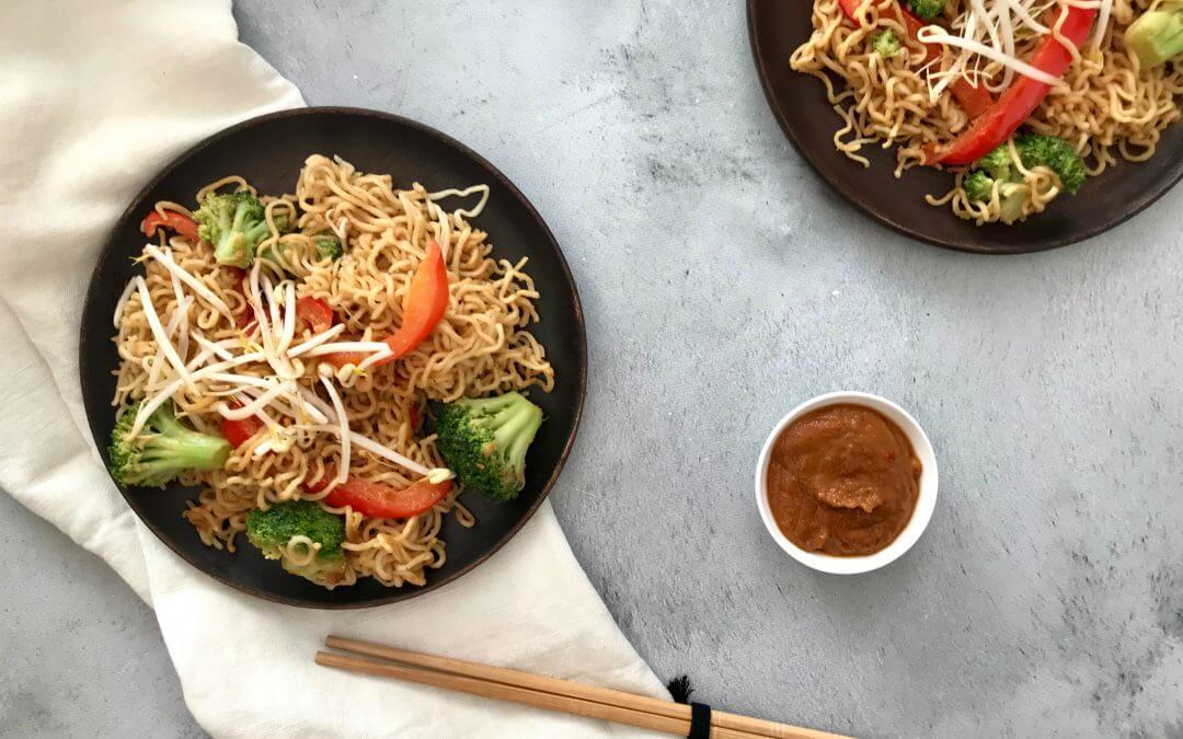 Vega budget: Noedels met pindasaus, broccoli, paprika en taugé