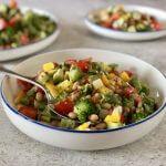 Vega budget: salade met witte bonen en yoghurt-kruidendressing