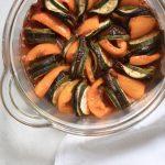 Vegan ratatouille met oranje paprika en pittige tomatensaus