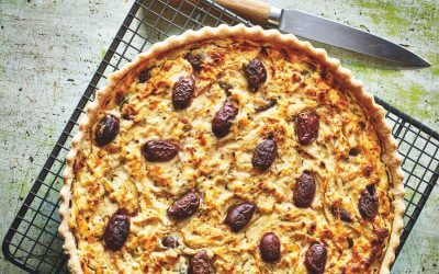 BAZAAR: hartige taart met gekaramelliseerde ui, feta en olijven