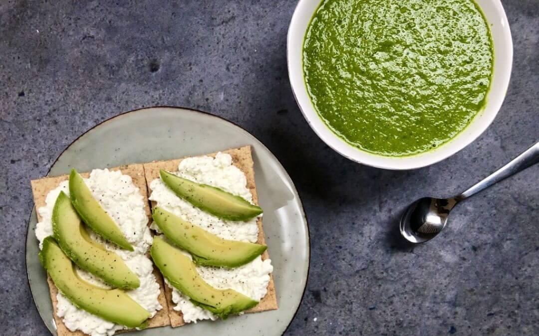 Vegetarische lunch: courgettesoep met witte bonen en spinazie