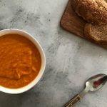 Vega budget: pittige pindasoep met wortel en paprika
