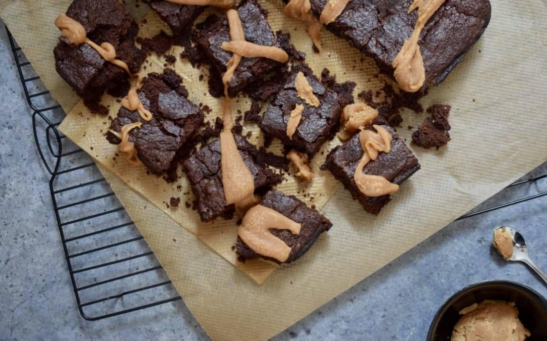 Plantaardige chocoladebrownies met karamelsaus